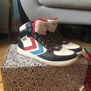 Sneakers från Hummel. Rolig historia om dessa: fick dem av Veronica Maggio då de var för små för henne! Därför har jag sparat dem men aldrig använt dem, då det inte riktigt är min stil. I princip aldrig använda med andra ord! Ca 100 kr kfrakt
