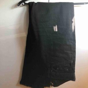 Svarta jeans i mom-jeans modellen med slitningar nertill från nakd. Köpta här på plick men säljes vidare pga fel storlek. Köparen står för eventuell frakt 💕