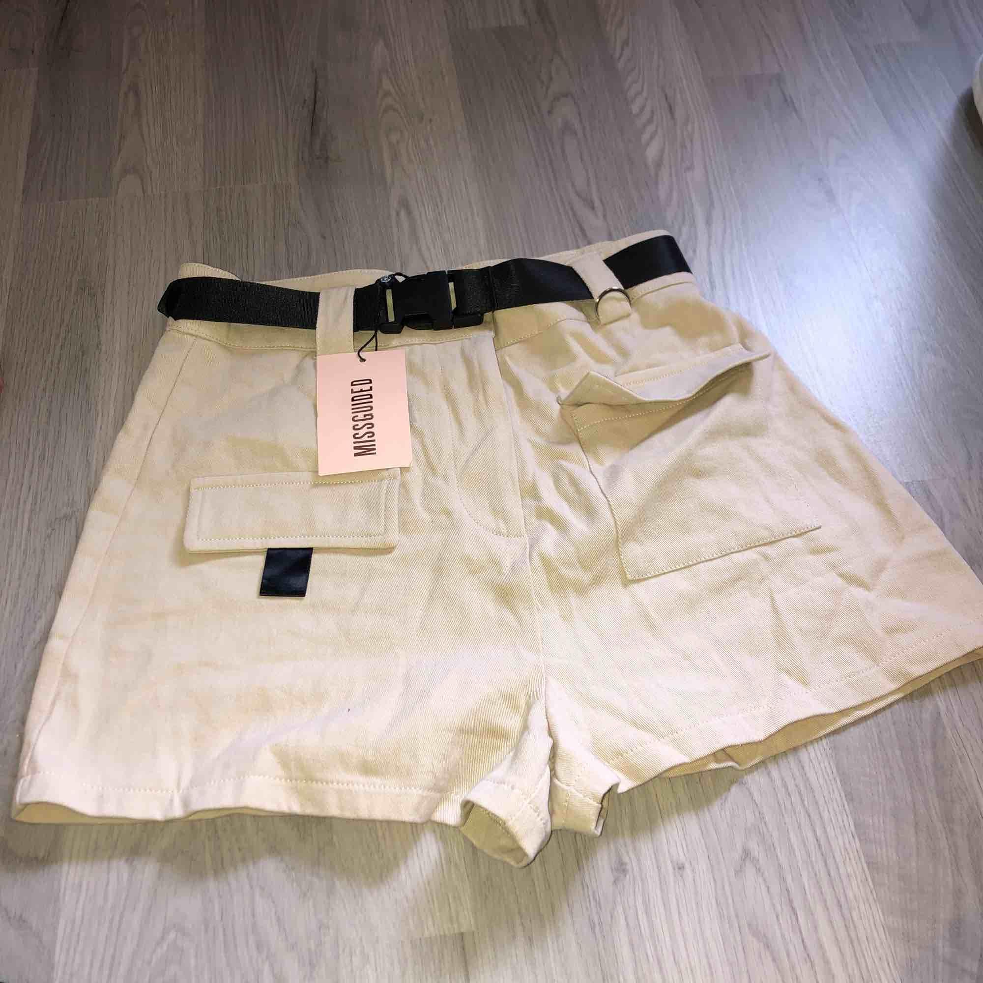 Dessa shorts beställde jag hem, men de var tyvärr för små :(( de är helt nya och finns till och med fortfarande att köpa på orginalsidan (men till dubbelt pris) Frakt tillkommer. Shorts.