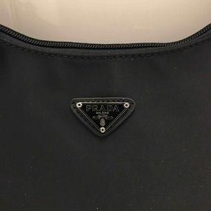 Prada Tessuto Sport Mini Bag säljes! Osäker på om den är äkta (fick den av min moster) därför säljer jag den för så billig. Spårbar frakt tillkommer på 55kr.