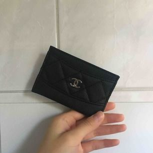 Chanel korthållare (inte äkta). Får plats med 3 kort och så har den en öppning i mitten där man kan lägga kontanter/kvitton/fler kort! Spårbar frakt tillkommer på 49kr!