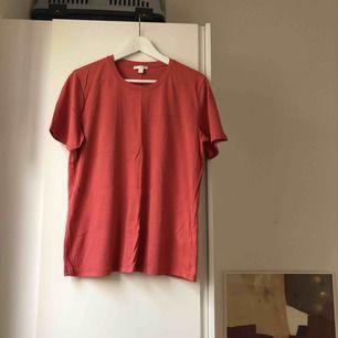 T-shirt från COS. Nyskick.