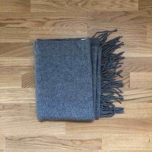 Stor och gosig halsduk i ull från Weekday.