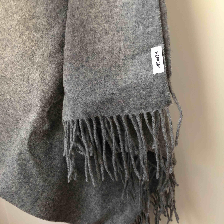 Stor och gosig halsduk i ull från Weekday. . Accessoarer.