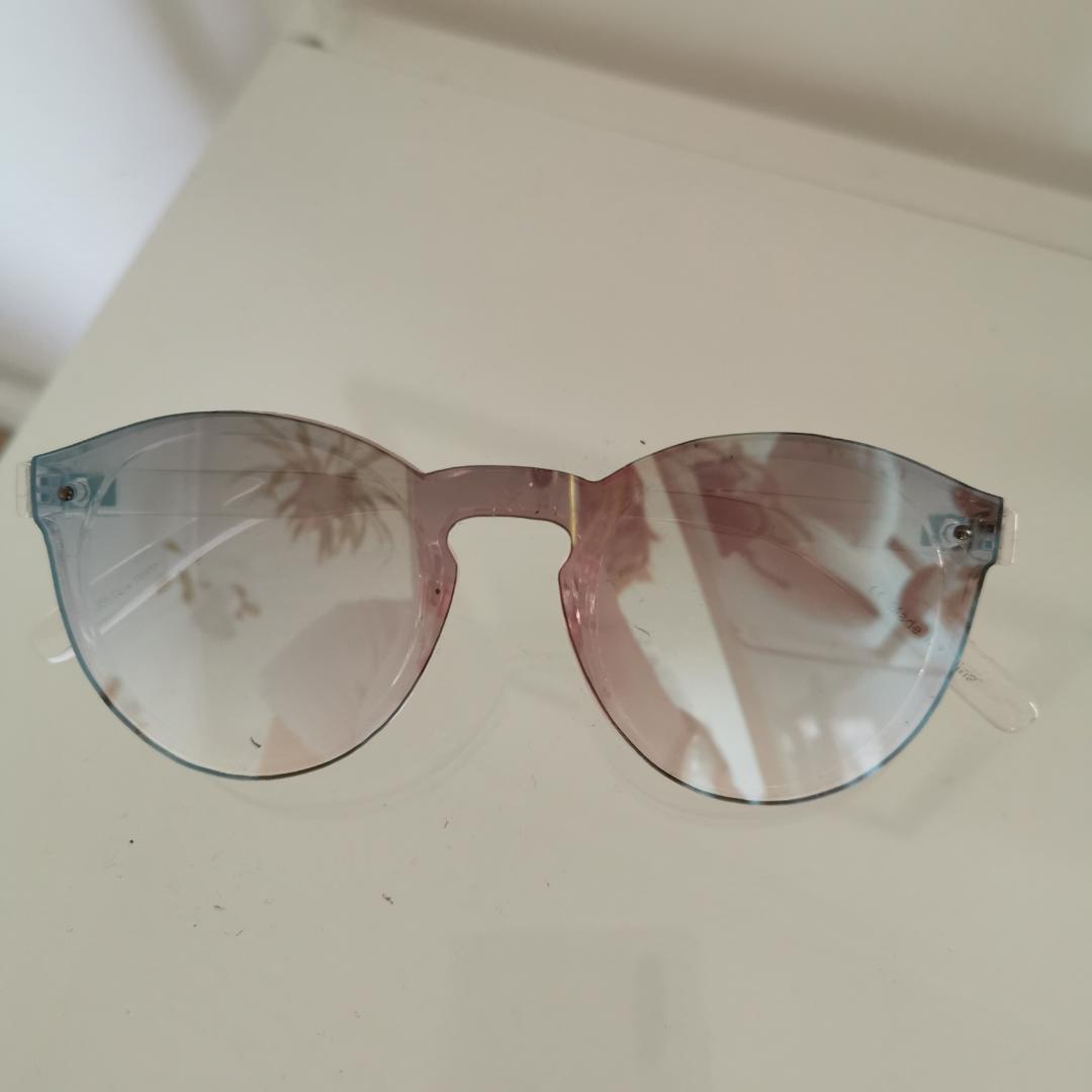 Genomskinliga solglasögon ❤️ . Accessoarer.
