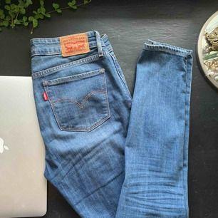 Ett par Levis 711 skinny, den tidlösa och alltid trendiga byxan med perfekta tvätten! Väldigt sparsamt använda och ser ut som nya, köpta för 1100kr! Frakt på 60-70kr tillkommer därav de låga priset! Hör av er vid frågar, POK 💜💘💜