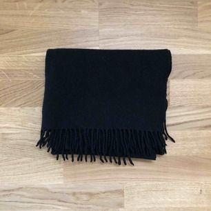 Ull och kashmir-halsduk från Samsoe Samsoe i nyskick. Nypris: 899:-