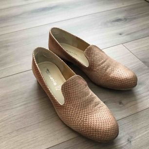 Snygga skor från Tamaris, står storlek 40 men skulle säga att de även passar 39. Hör av er vid frågor eller liknande, frakt tillkommer🥰