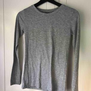 Vanlig långärmad grå tröja från Gina tricot. Köpt för 200kr och använd två gånger pga fel storlek. Blivit hål i sömmen på ena armen (bild 3) men borde vara väldigt enkelt att laga. :) Köparen står för frakt.