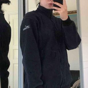 Marinblå fleece, bra material, dragkedja och två fickor