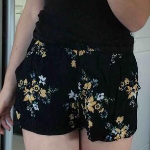 Sköna lösa shorts från hm med blommor på!
