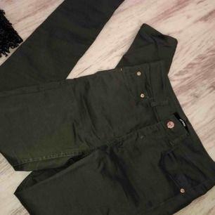 Gröna jeans/ jeggings från bikbok, sitter bra och formar rumpan snyggt, använda 2 ggr