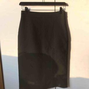 Har ni sett snyggare pennkjol med slits?! 🥵 Kjolen är från Zara och i storlek M. Blixtlås finns på sidan. Det går även att stänga igen slitsen om man inte vill ha slits. Oanvänd och prislappen sitter fortfarande kvar.