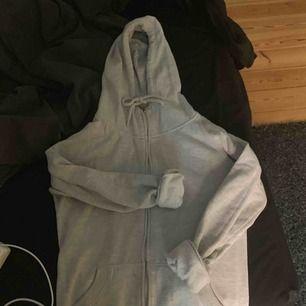 En fin ljusgrå hoodie med dragkedja. Sällan använd och väldigt skön.
