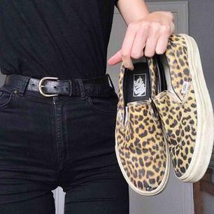 Ursnygga leopard slip-ins från Vans. Har uppslitningar på båda stortårna, kamouflerat med silvertejp och svart färg.    Kan möta upp i Kristianstad eller Lund, annars står köparen för frakt.