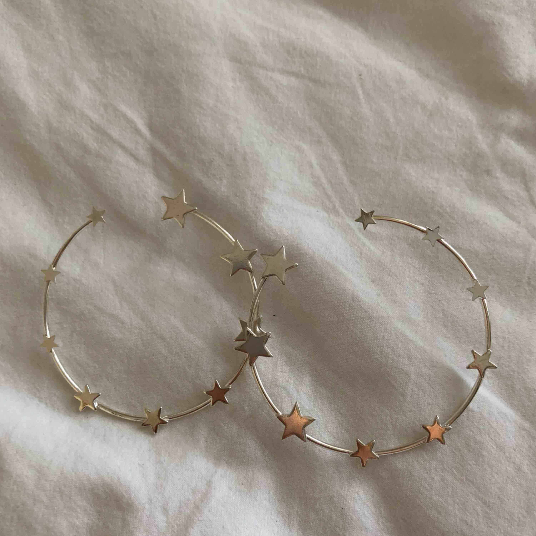 Världens snyggaste örhängen från Linn Ahlborgs första kollektion med NA-KD. Aldrig använda av mig och finns inte kvar att köpa därför säljs de såpass dyrt, kostade 250kr när jag köpte dem om jag kommer ihåg rätt💕. Accessoarer.