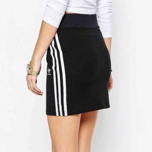 Adidas Originals mini skirt i storlek S. Fick i present, aldrig använd och prislapp sitter kvar :)