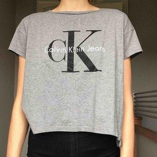Snygg croppad Calvin Klein tröja i väldigt gott skick. Säljs pga att den tyvärr inte kommer till användning