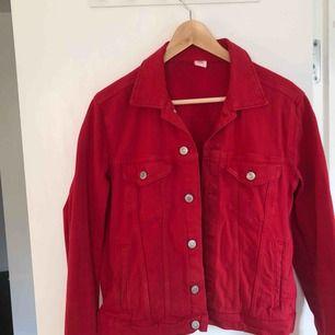 (pris går att diskutera) Jätte söt röd jeansjacka i jätte bra skick! Passar 38-42!