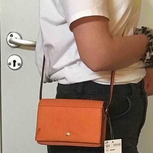 Sjukt fin orange mini väska. Funkar till alla tillfällen, fest, vardag m.m. Oanvänd. Inuti finns det en