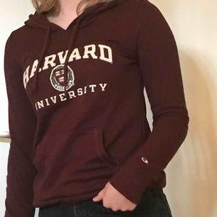 Fint skick av en ÄKTA Harvard tröja köpt i USA i en Harvard butik. Kostade från början 600kr men mitt pris är 300kr inklusive frakt. Lite tunnare hoodie och lite vinröd aktig. ❌fraktar endast❌