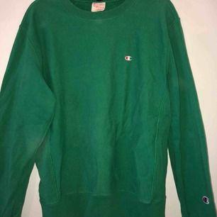 Ljusgrön Champion sweatshirt, passar S/M pågrund av att den krympt i tvätten!