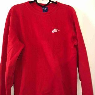 Röd Nike sweatshirt, storlek S (herr storlek) inte använd så många gånger