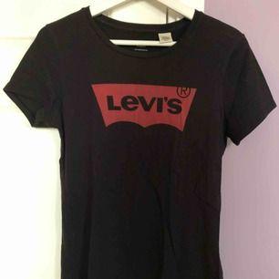Svart Levi's tröja i storlek S Normal i storleken.  Köpt från Levi's egna butik  Använd ett fåtal gånger