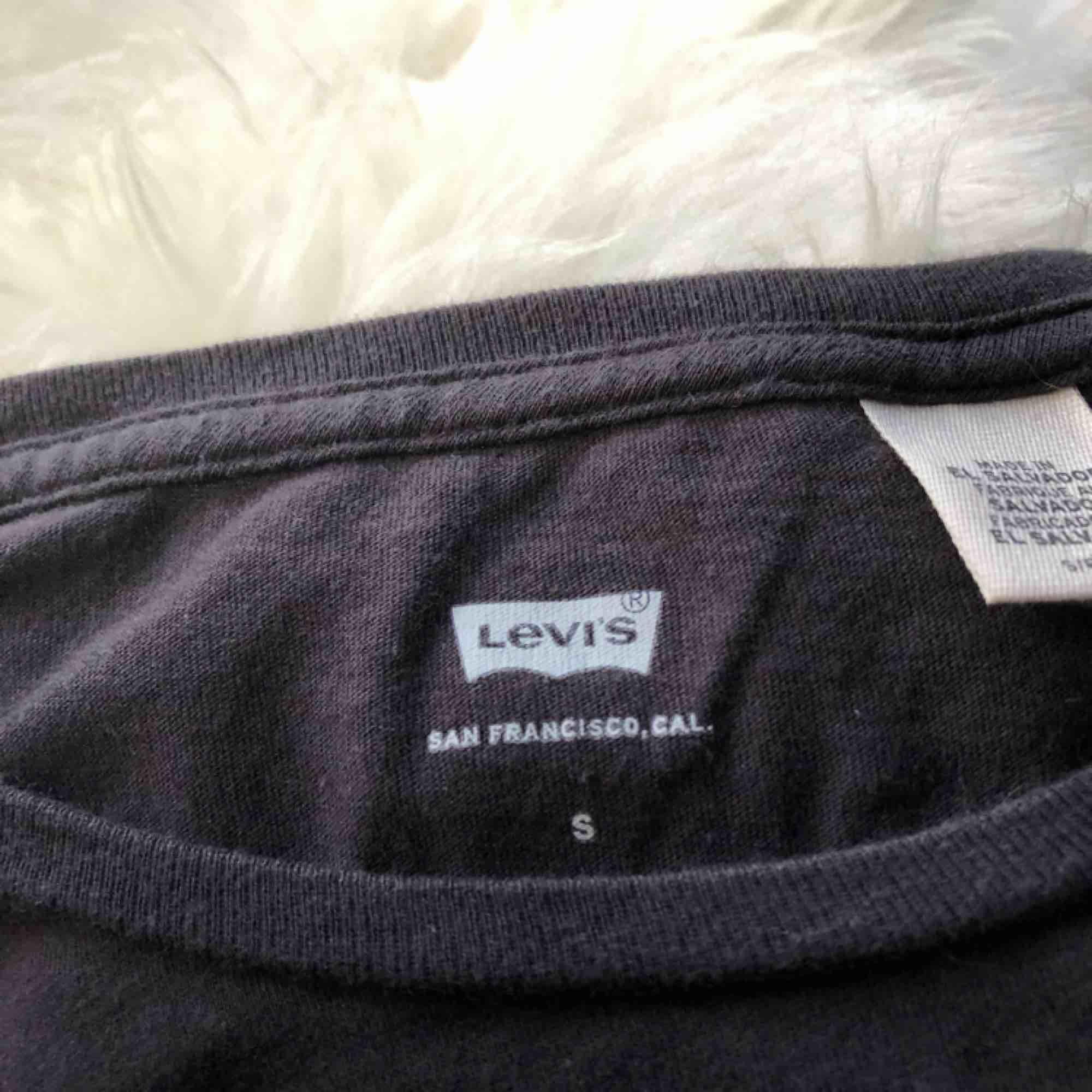 Svart Levi's tröja i storlek S Normal i storleken.  Köpt från Levi's egna butik.  Använd ett fåtal gånger. Frakt tillkommer. T-shirts.