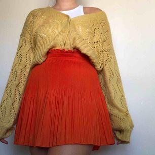 Jättefin kjol från H&M perfekt till hösten med en stickad tröja och kängor😍 har tyvärr blivit för liten för mig så nu vill den hitta någon annan som kan rocka den! Frakt tillkommer💕