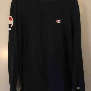 Marinblå Champion långärmad tröja, storlek L, bra skick inte använd så mycket