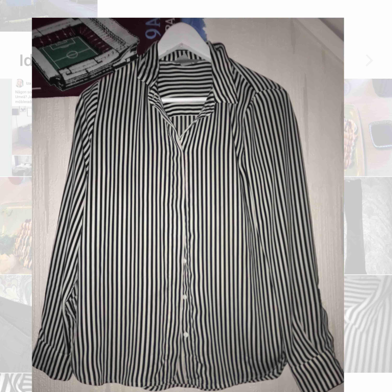 Blus som ser ut som en skjorta, känns som siden. Använd men i fint skick! Skulle säga passar 34-38 ☺️ möts upp i Östersund alt fraktar (+20kr). Blusar.