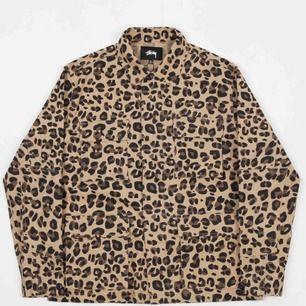 Stussy Linen Field Leopardmönstrad jacka, nypris 1 839kr, säljs pga att den inte kommer till användning längre, Mycket bra skick, 🐆Frakt 97kr🐆 JACKANS FÄRG ÄR SOM PÅ FÖRSTA BILDEN