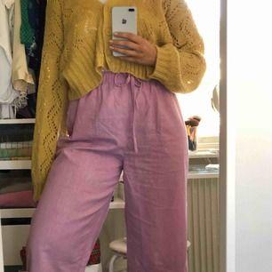 Rösa byxor köpta secondhand💕 frakt tillkommer och det är bara att höra av sig vid frågor eller liknande💕