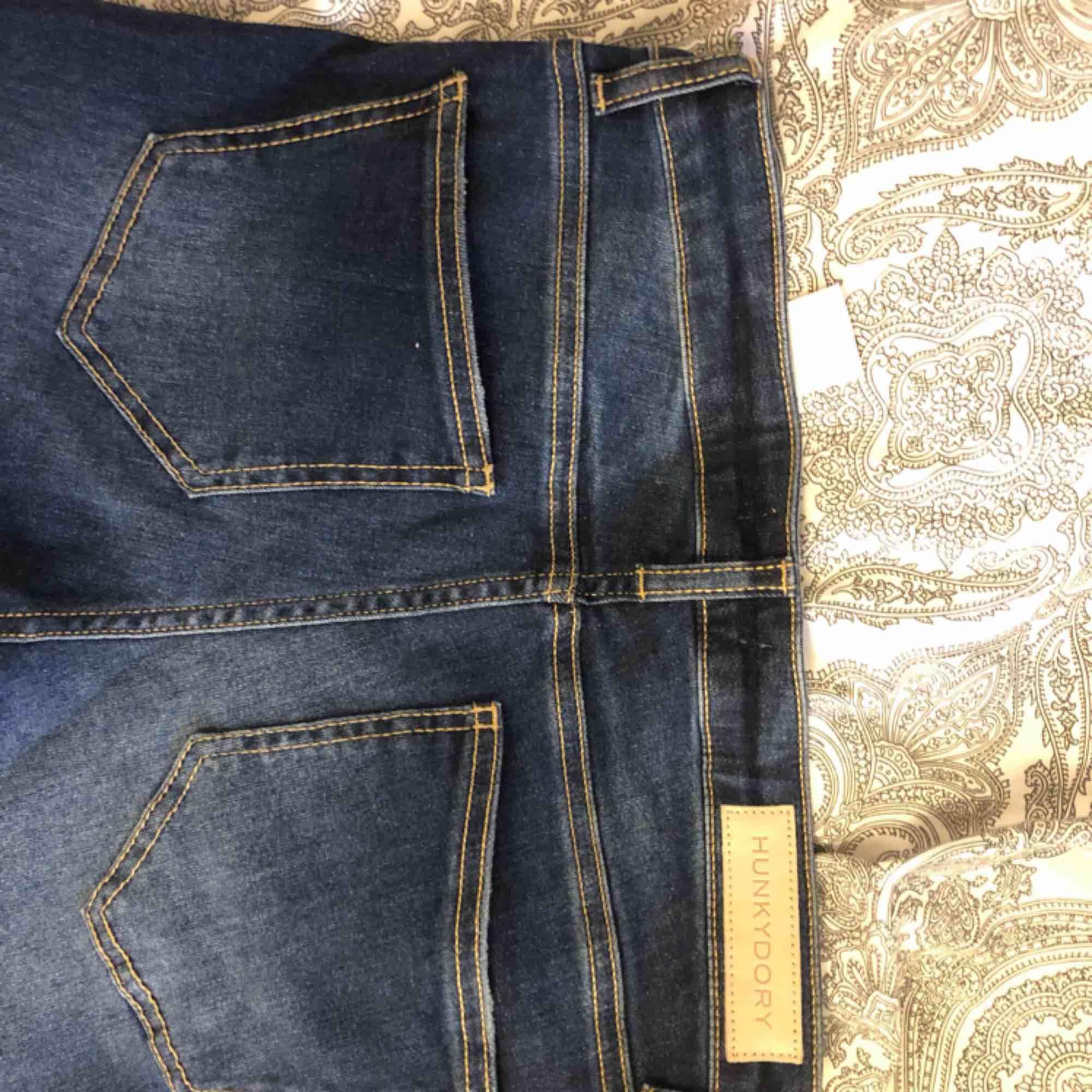 Mörkblå bootcut  jeans aldrig andvända, har 2 st därför 1 par säljs, är 175 och byxorna är ner till fötterna, storlek s/m Ny pris 1300. Jeans & Byxor.