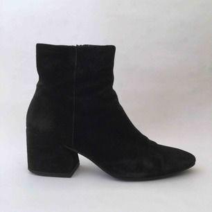 Jättefina boots från Vagabond. Begagnade i utmärkt skick. Material: Svart mocka. Klackhöjd cirka 6 cm. Fraktkostnad tillkommer.