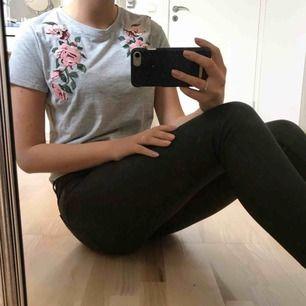 Grå T-shirt med broderade rosor! 💫