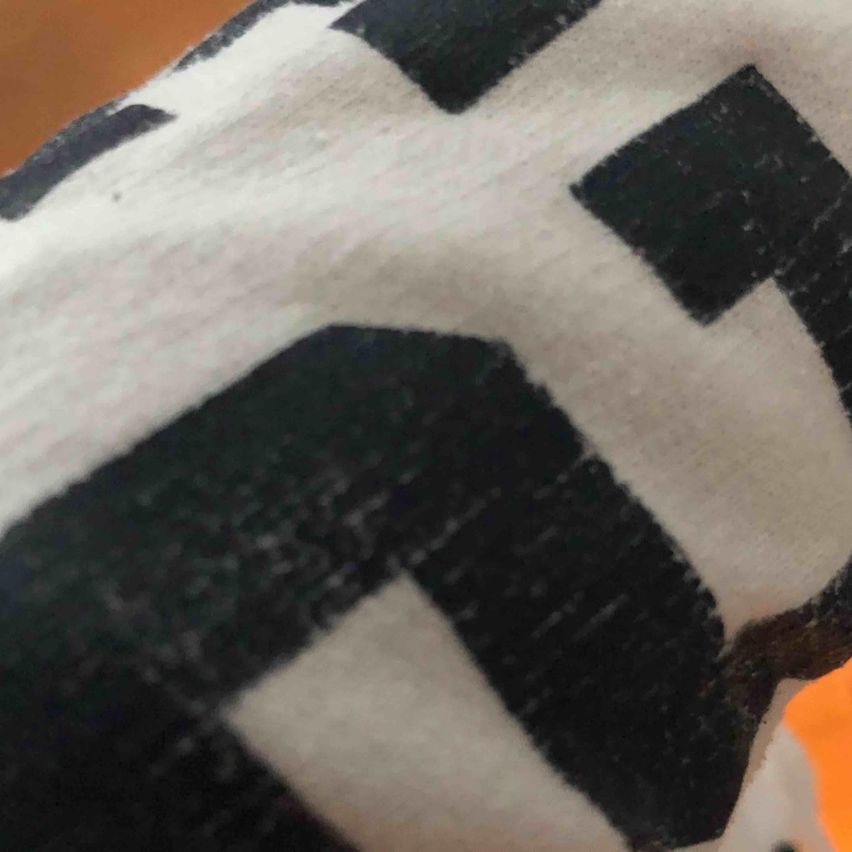 Superdry cropped hoodie. Lite sliten på armen men annars i bra skick. Frakten är inkluderad :)). Huvtröjor & Träningströjor.