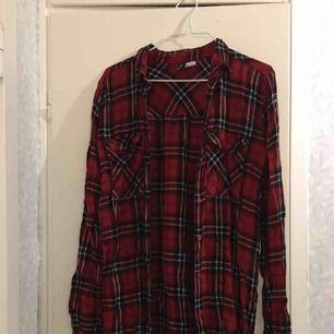 Mysig flanellskjorta i röd, passar perfekt nu när de börjar bli kallt å ruggigt❄️⛄️