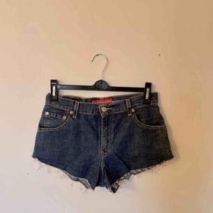 Ett par vintage Levis shorts i modell 550, alltså med stretch i. Skulle säga att de är ca waist 26. Tyvärr för små för mig! Frakt tillkommer.