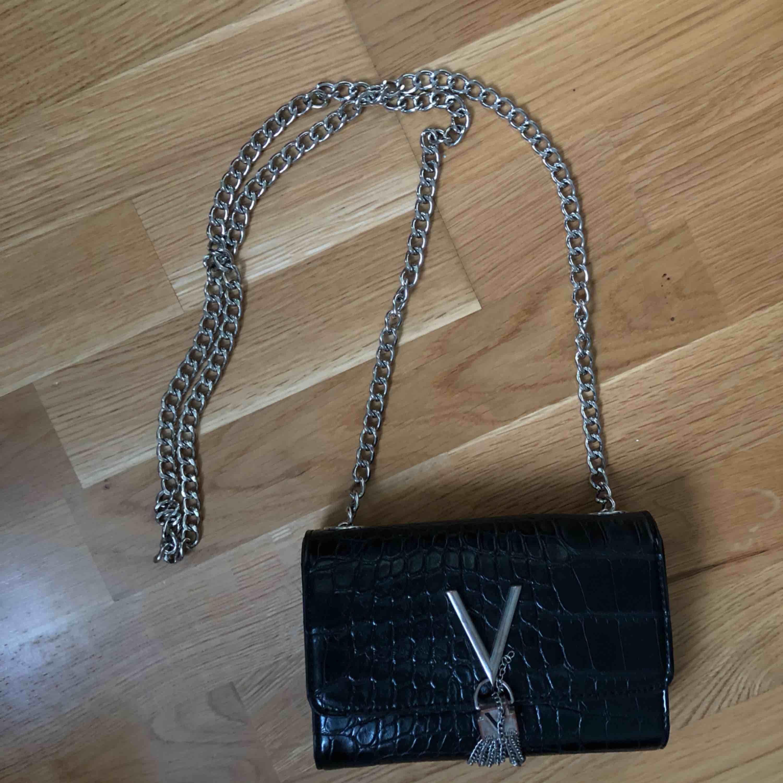 (Pris går att diskutera) Fin Valentino väska, lite slitningar som syns på bilderna. Väskor.