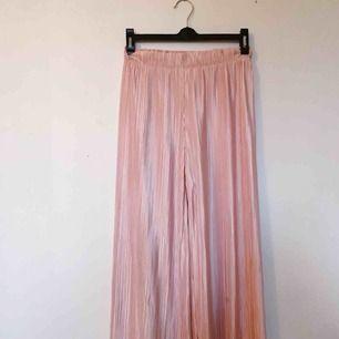 Glansiga rosa culottebyxor från bershka, sparsamt använda i fint skick. Frakt tillkommer!🌺