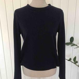 En mörkblå skön tröja med lite högre krage, knappt använd! Frakt på 55 kr tillkommer