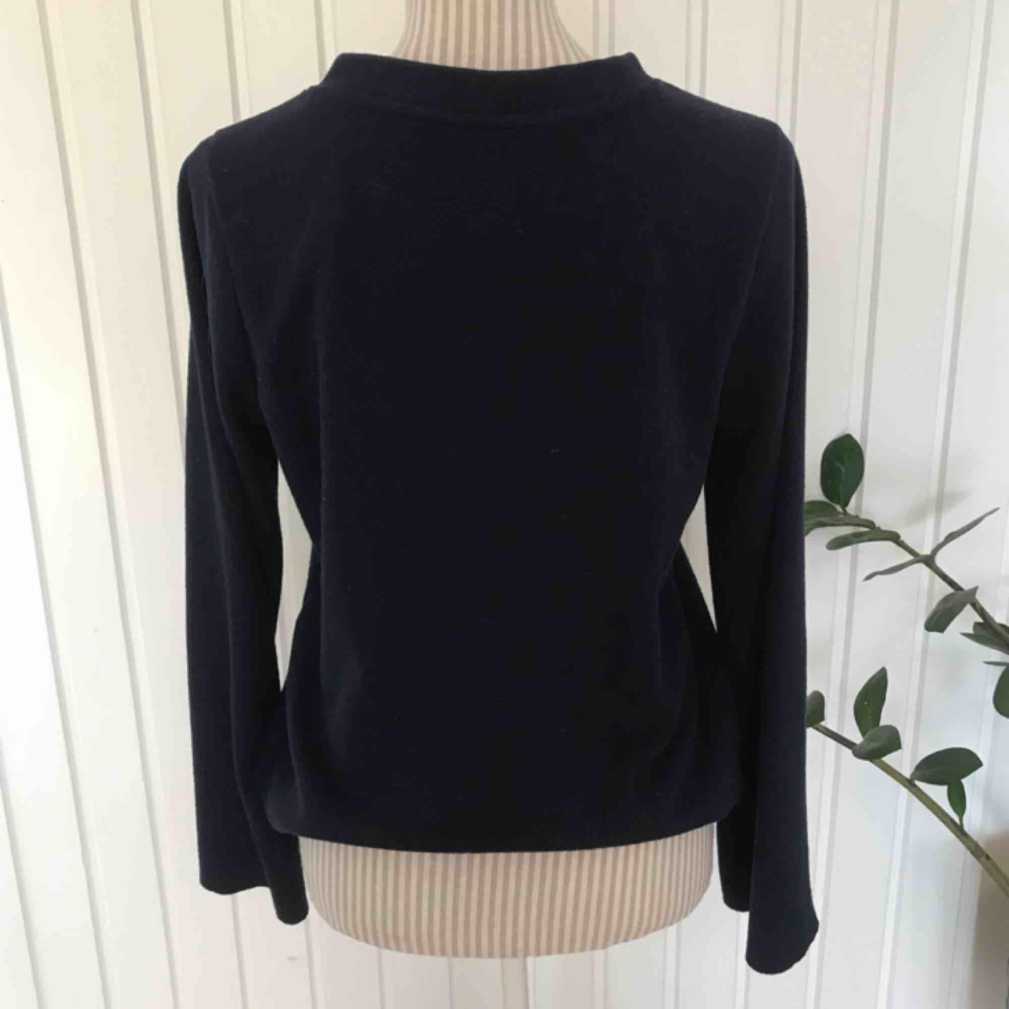 En mörkblå skön tröja med lite högre krage, knappt använd! Frakt på 55 kr tillkommer. Tröjor & Koftor.