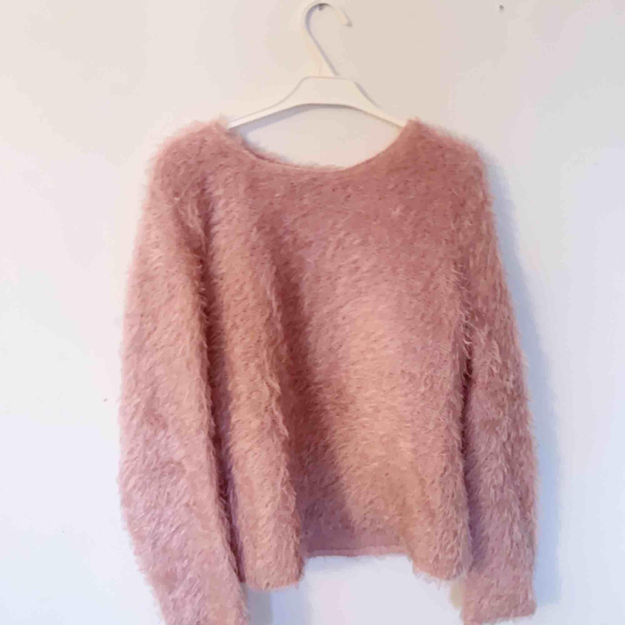 Lurviga ljusrosa tröja från mango! Sparsamt använd och i jättebra skick! Frakt tillkommer!. Tröjor & Koftor.