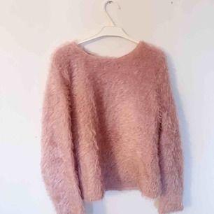 Lurviga ljusrosa tröja från mango! Sparsamt använd och i jättebra skick! Frakt tillkommer!