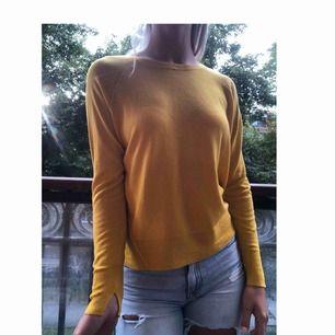 En gul, fin, mjuk och tunn tröja från Zara, ganska så oanvänd.