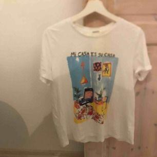 Säljer denna tröja från H&M pga att jag aldrig använder, har dock använt max 2 ggr i sommar. Bra material och den ser helt ny ut. (Frakt+tröja bli 81kr)