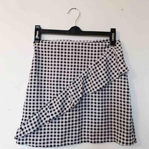 Så fin kjol som tyvärr är för kort på mig, endast använd ett fåtal gånger så den är i bra skick. Frakt tillkommer 🌷