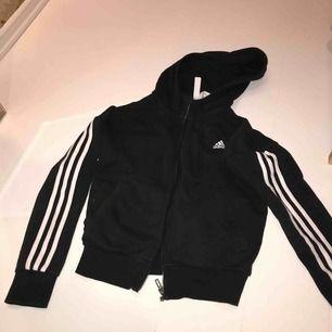 Adidas tröja! Råkade få färg på ena ärmen (på undersidan)när jag målade och jag har iaf inte fått bort det! Säljer billigt!💖skriv vid intresse